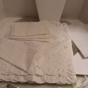 VINTAGE EMBROIDERED TABLE RUNNER AND NAPKINS J44-9